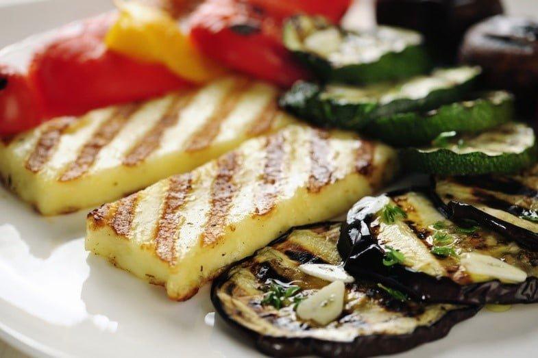 Obsah obrázku jídlo, talíř, ozdobeno polevou, bílá  Popis byl vytvořen automaticky