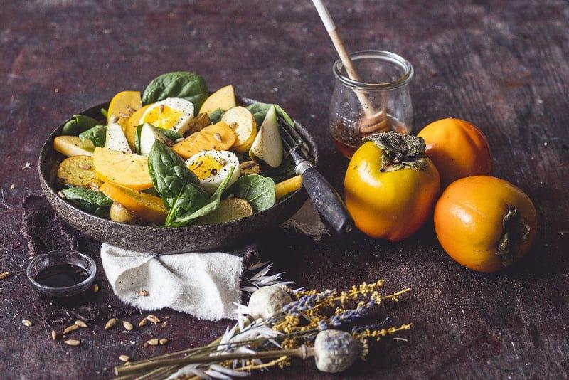 Podzimní salát s kaki a vejcem 2
